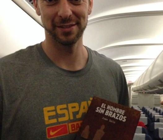Pau Gasol con mi novela El hombre sin brazos - Léeme Libros - Juan Solo - juansolo.es