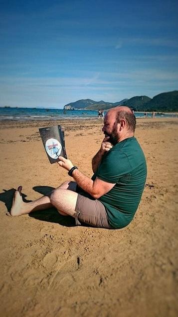 Curro Vázquez con Una muerte improvisada - La luz del Mar - Una muerte improvisada - Juan Solo - Juansolo.es - #JuanSolo - Novela Negra - Vaughan - Vaugah Libros - Vaughan Tienda