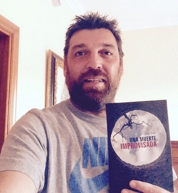 Hovik con Una muerte improvisada - Hovik - Hugh Laurie - Una muerte improvisada - Juan Solo - Escritor - Novela Negra - JuanSolo.es - #JuanSolo - Best Seller - Vaughan