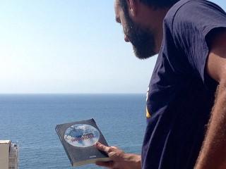 Una muerte improvisada en Villajoyosa - Alicante - Chema apurando lectura y vacaciones - Novela negra - Vaughn Libros - Vaughan - Colverdale