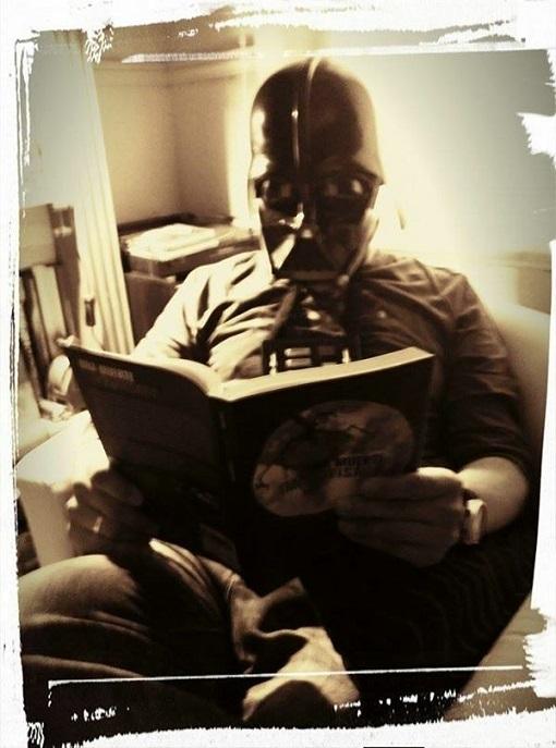 Darth Vader con Una muerte improvisada en Facebook - Star Wars - Una muerte improvisada - Juan Solo - Juansolo.es - #JuanSolo - Novela Negra - Vaughan - Vaugah Libros - Vaughan Tienda