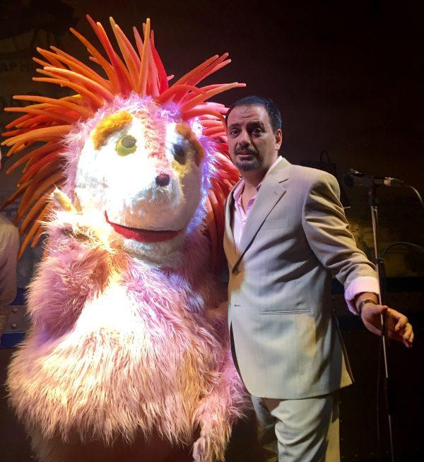 Juan Solo como presentador de los 80's y Espinete, actuando con los Comikazes en Beer Station - Espinete no existe - 100 balas - TVE