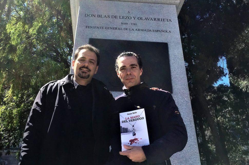 Encuentro con Salvador Amaya, escultor de la estatua de Don Blas de Lezo, en Madrid. Escenario de un capítulo de La mano del verdugo - Juan Solo - La mano del verdugo - Novela negra