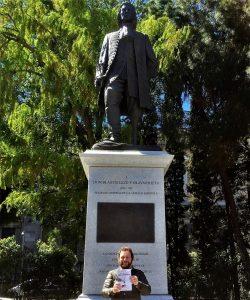 Mi amigo Álvaro García, en el encuentro con Salvador Amaya, escultor de la estatua de Don Blas de Lezo, en Madrid. Escenario de un capítulo de La mano del verdugo - Juan Solo - La mano del verdugo - Novela negra