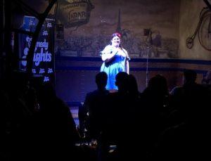 Coria Castillo en Beer Station actuando con los Comikazes - Cuarta temporada de Comikazes