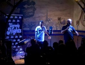 Iggi Rubin e Ignatius en Beer Station actuando con los Comikazes - Cuarta temporada de Comikazes