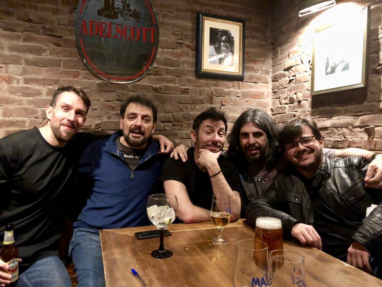 Comikazes en Beer Station tomando unas tónicas - Don Mauro al piano - Juan Solo - Iñaki Urrutia - Comikazes acompañados por Tappy y Javi González